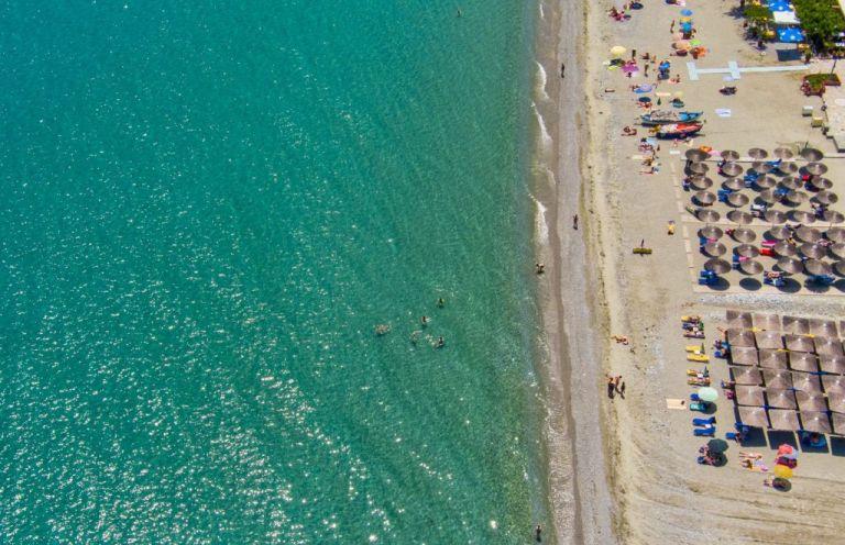 Παραλίες στην Αττική με τιμές… Μυκόνου – Έως και 160 ευρώ για δυο ξαπλώστρες! | tovima.gr