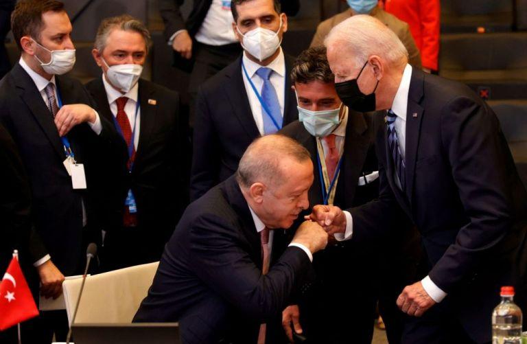 Τουρκικά ΜΜΕ: Ο Ερντογάν «κατάπιε» τη γενοκτονία των Αρμενίων στη συνάντηση με τον Μπάιντεν | tovima.gr