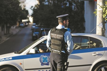 Σοκ στην Ελληνική Αστυνομία: Συνελήφθη 21χρονος αστυνομικός για… ένοπλες ληστείες | tovima.gr