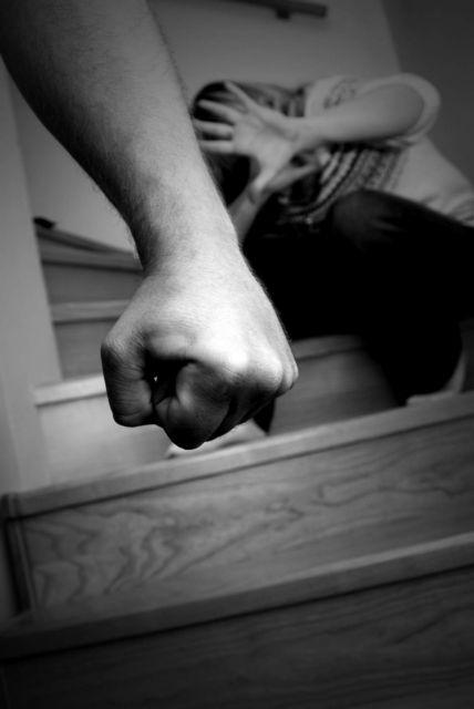 Ενδοοικογενειακή βία : Εκθεση-σοκ της ΕΛ.ΑΣ – Ποιοι συγγενείς χτυπούν, ποιοι τα θύματα | tovima.gr