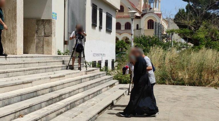 Αγρίνιο: «Με βίασε όταν ήμουν 13 ετών» – Οι καταγγελίες κατά του ιερέα και τι βρέθηκε στο σπίτι του | tovima.gr