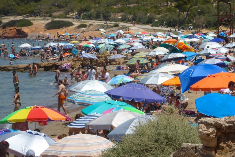 Καύσωνας: Έτρεξαν στις παραλίες να δροσιστούν οι Αθηναίοι   tovima.gr