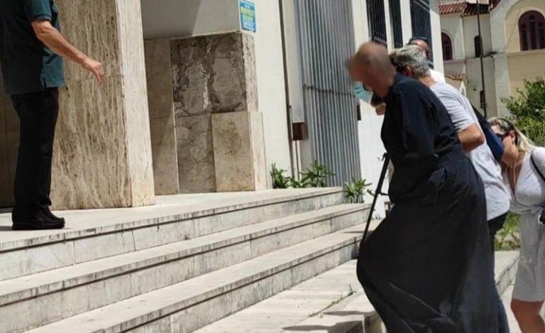 Αγρίνιο: 19χρονη βρέθηκε… κρυμμένη στο σπίτι του βιαστή ιερέα | tovima.gr