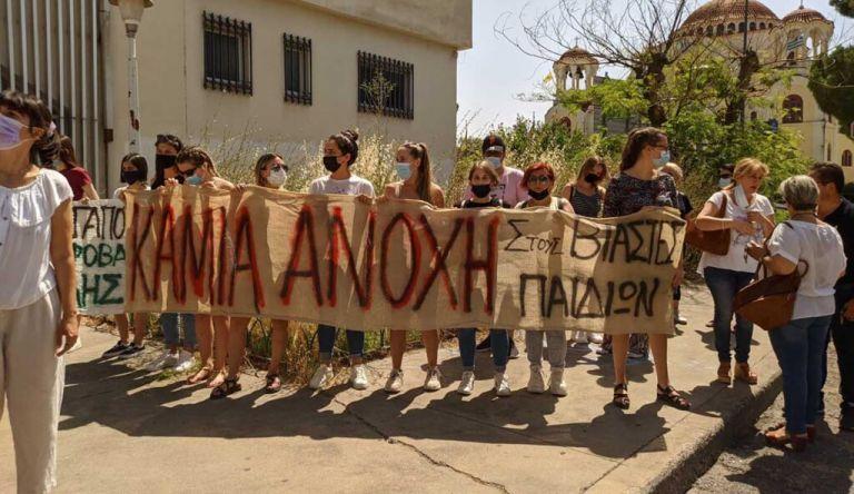 Αγρίνιο: Συγκέντρωση στα δικαστήρια – Ζητούν την προφυλάκιση του ιερέα που κατηγορείται για βιασμό ανηλίκων | tovima.gr