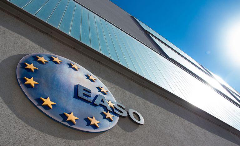 EASO: Το 2020 καταγράφηκε ο χαμηλότερος αριθμός αιτήσεων ασύλου στην ΕΕ από το 2013 | tovima.gr