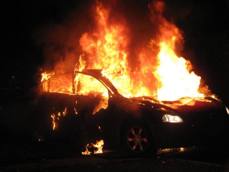 Εμπρηστικές επιθέσεις τη νύχτα στην Αττική – Εκαψαν αυτοκίνητα   tovima.gr