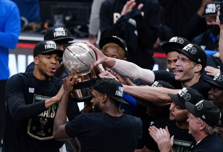 NBA: Ο Γιάννης αγκαλιά με την κούπα της Ανατολικής Περιφέρειας | tovima.gr