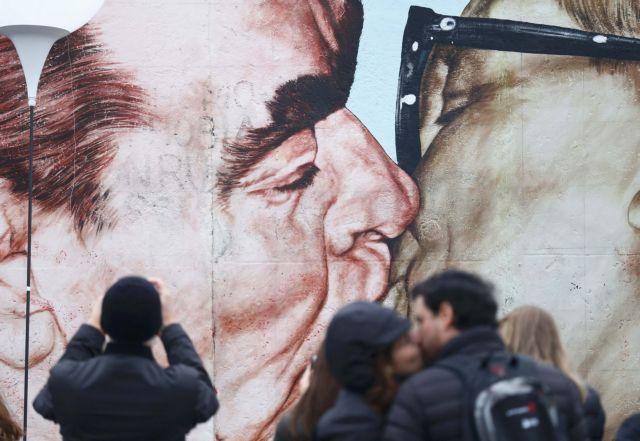 Τα 10+1 πιο εμβληματικά φιλιά της ιστορίας, για την Παγκόσμια Ημέρα Φιλιού | tovima.gr