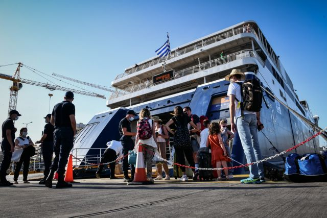 Γεμάτα κόσμο αναχωρούν από το λιμάνι του Πειραιά τα πλοία – Καθυστερήσεις λόγω των ελέγχων | tovima.gr