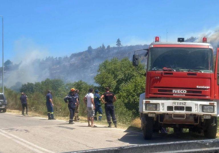 Μάχη με τις φλόγες σε τέσσερα μέτωπα – Συνεχείς αναζωπυρώσεις, διακοπές κυκλοφορίας, εκκένωση οικισμών | tovima.gr