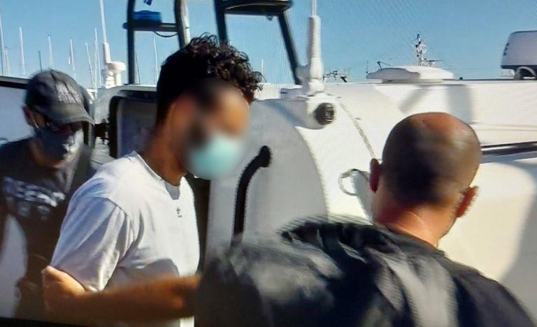 Φολέγανδρος: Καρέ – καρέ η μεταγωγή του 30χρονου στην εισαγγελία της Νάξου   tovima.gr