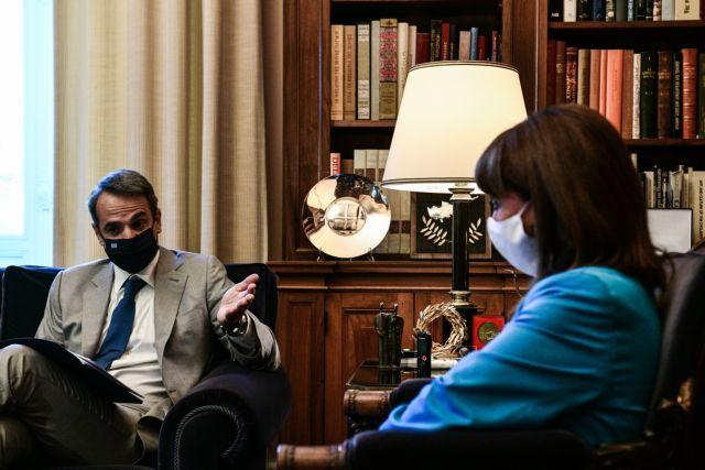 Ο Μητσοτάκης απαντά στους αντιεμβολιαστές με άρθρο του Συντάγματος | tovima.gr