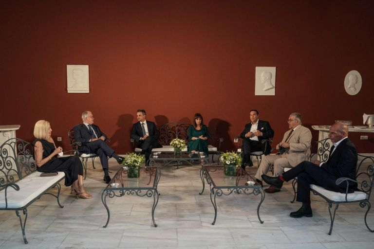 Δεξίωση στο Προεδρικό Μέγαρο: Τα «πηγαδάκια» και οι συμβολικές παρουσίες [Εικόνες]   tovima.gr