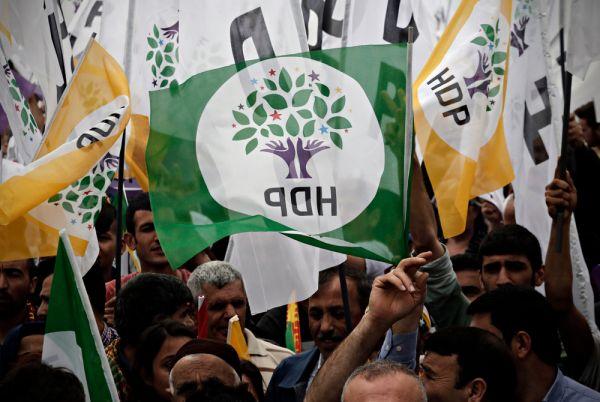 Ο Ερντογάν προσπαθεί να κερδίσει τις ψήφους των Κούρδων την ώρα που εντείνει την καταστολή εναντίον τους | tovima.gr