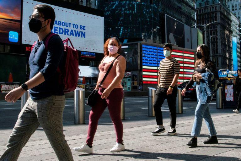 Κοροναϊός: Οι εμβολιασμένοι Αμερικανοί ξαναφορούν τις μάσκες σε κλειστούς χώρους | tovima.gr