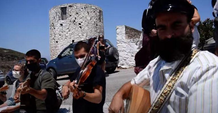 Αμοργός: Ευφάνταστη μουσική διαμαρτυρία με μια μαντινάδα από τους μουσικούς του νησιού   tovima.gr