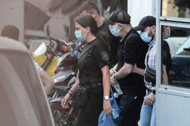 Με χειροπέδες ο Πέτρος Φιλιππίδης – Ξεκίνησε η μεταγωγή του στις φυλακές της Τρίπολης [φωτογραφίες]   tovima.gr