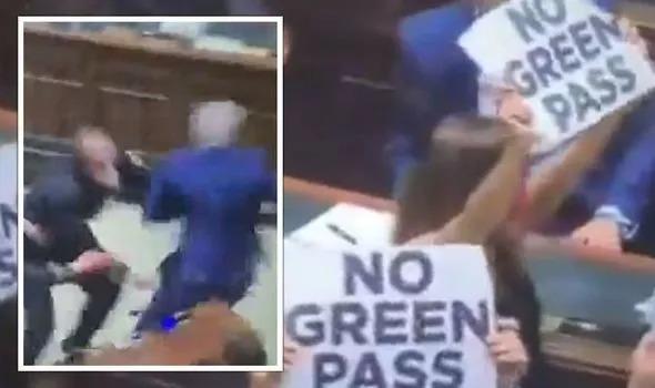 Ιταλία: Κυνηγητό μέσα στο κοινοβούλιο για το «green pass» | tovima.gr