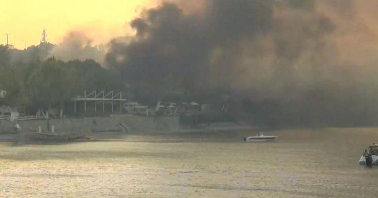 Μεγάλη φωτιά στην Αχαΐα – Απομακρύνθηκαν δεκάδες άτομα από παραλίες – Εκκενώθηκαν κατασκήνωση και ξενοδοχείο | tovima.gr
