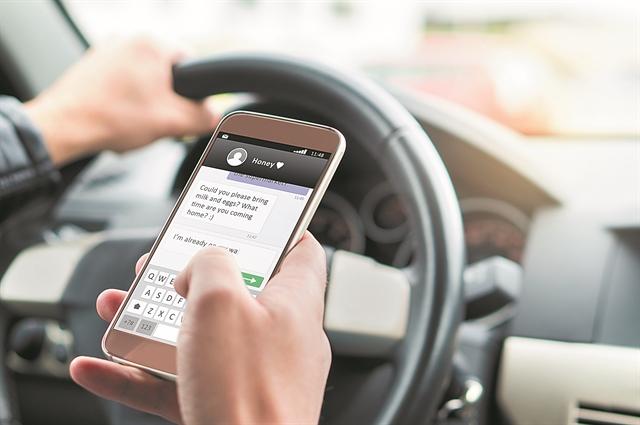 Κολλημένοι με το κινητό και στο τιμόνι   tovima.gr