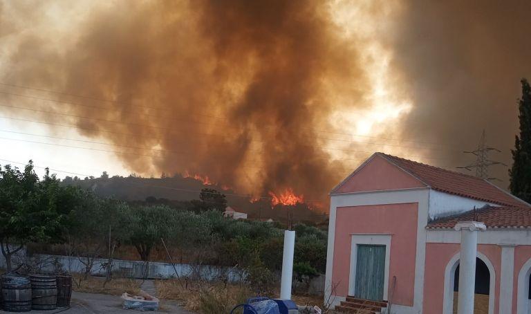 Ανεξέλεγκτη η φωτιά στη Ρόδο – Xωρίς ρεύμα το νησί – Eκκένωση οικισμών | tovima.gr
