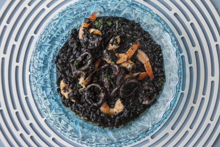Ριζότο με μελάνι σουπιάς, γαρίδες και καλαμάρι   tovima.gr