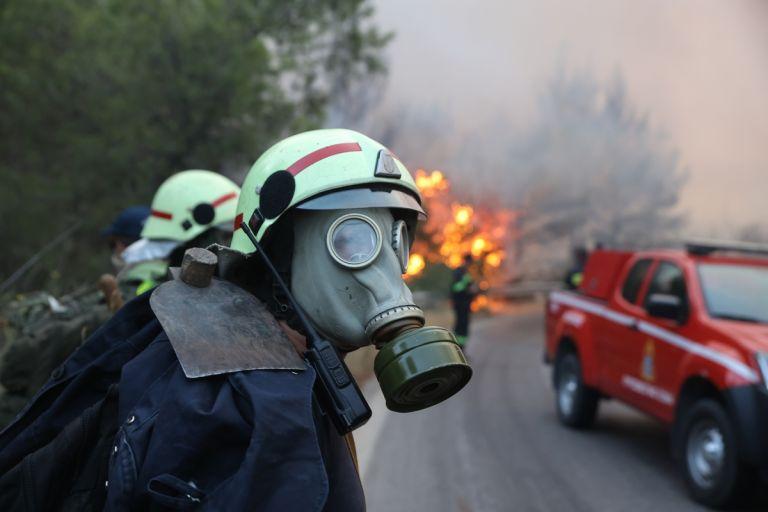 Φωτιά στη Βαρυμπόμπη – Πυροσβέστης τραβάει video μέσα από όχημα την ώρα που περνάει μέσα από την φωτιά   tovima.gr