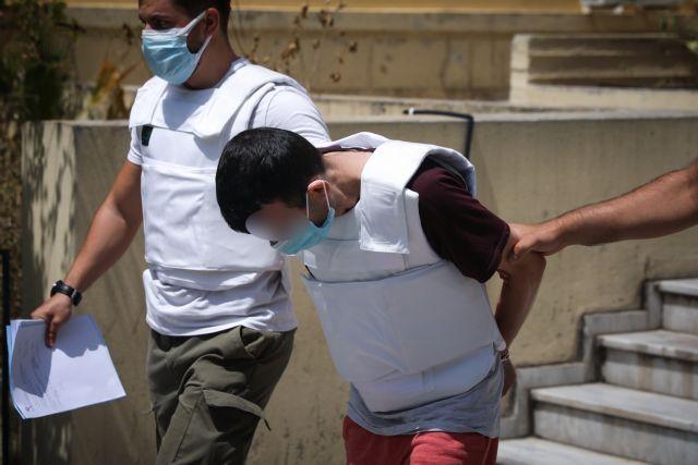 Δάφνη – Συγγενείς του θύματος επιτέθηκαν στον συζυγοκτόνο έξω από την Ευελπίδων   tovima.gr