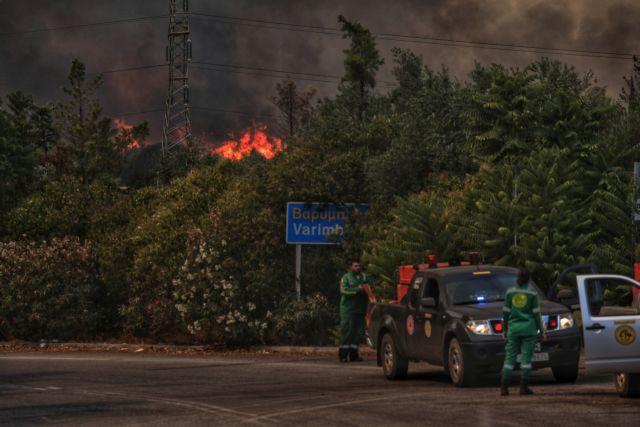 Φωτιά στην Βαρυμπόμπη – Δραματική έκκληση από τον δήμαρχο – «Καίγονται σπίτια» | tovima.gr