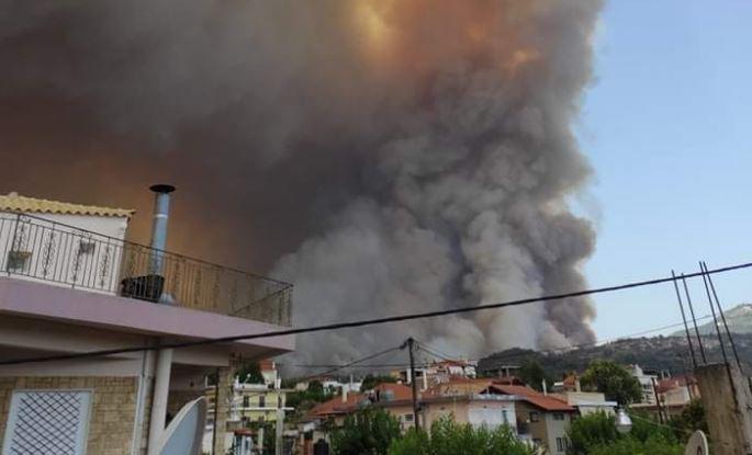 Ανεξέλεγκτη η φωτιά στην Εύβοια – Νέο μήνυμα του 112 για εκκένωση οικισμών, τραυματίστηκαν πυροσβέστες | tovima.gr