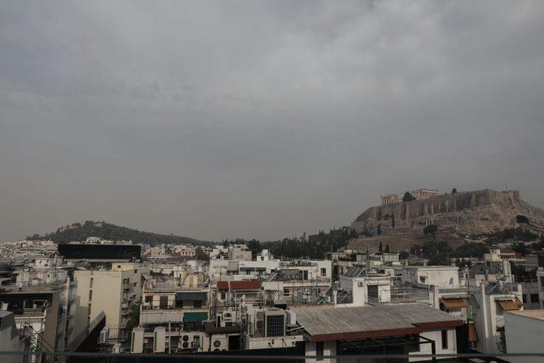 Φωτιά στην Αττική – Το νέφος καπνού πάνω από την Αθήνα «εξαφάνισε» την Ακρόπολη | tovima.gr