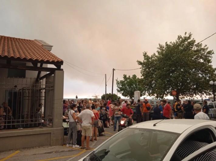 Εύβοια – Εκκενώνεται η Λίμνη – Απομακρύνονται με ferry boat πάνω από 1.000 άνθρωποι | tovima.gr