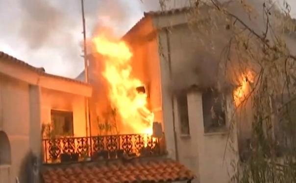 Φωτιά στην Αττική – Έκρηξη σε φλεγόμενο κτίριο μπροστά στις κάμερες | tovima.gr