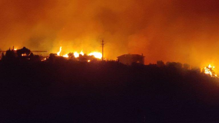 Πέρασε στην Εθνική Οδό η φωτιά στα διόδια Αφιδνών – Έλιωσε ο δρόμος   tovima.gr