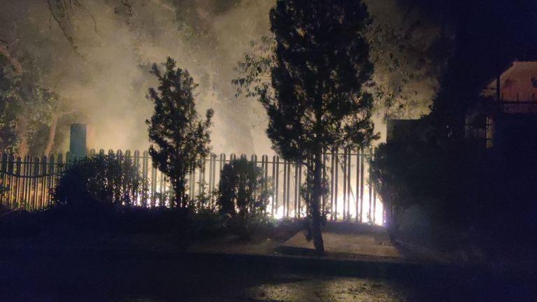 Θρακομακεδόνες – Άνιση και δύσκολη η μάχη με τις φλόγες στις αυλές των σπιτιών – Βρέχει καύτρες και στάχτη | tovima.gr