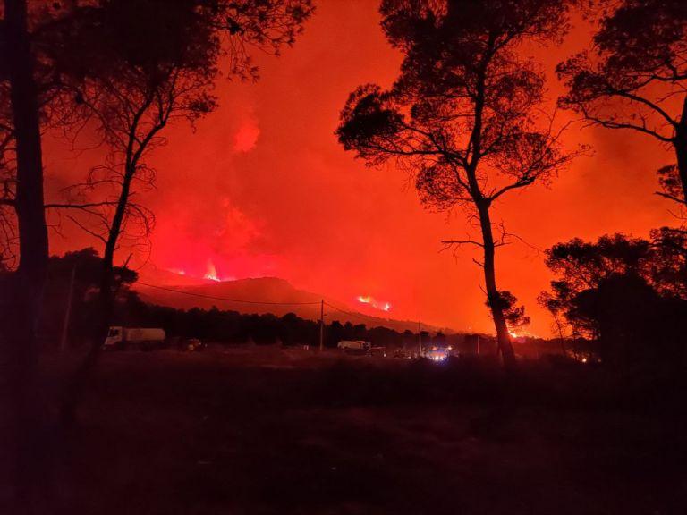 Επιτέθηκαν σε δημοσιογράφους στη φωτιά της Βαρυμπόμπης – Αποκλειστικό βίντεο | tovima.gr