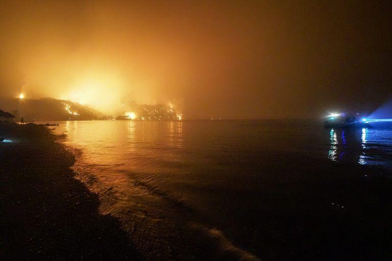 Φωτιά στην Εύβοια – Δραματική έκκληση από τον δήμαρχο Μαντουδίου- «Αν δεν ανακοπεί η φωτιά, θα φτάσει στη Χαλκίδα» | tovima.gr