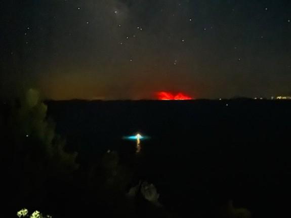 Φωτιά στην Εύβοια – Συγκλονιστική εικόνα – Η πυρκαγιά φαίνεται… ακόμα και από τη Χαλκιδική | tovima.gr