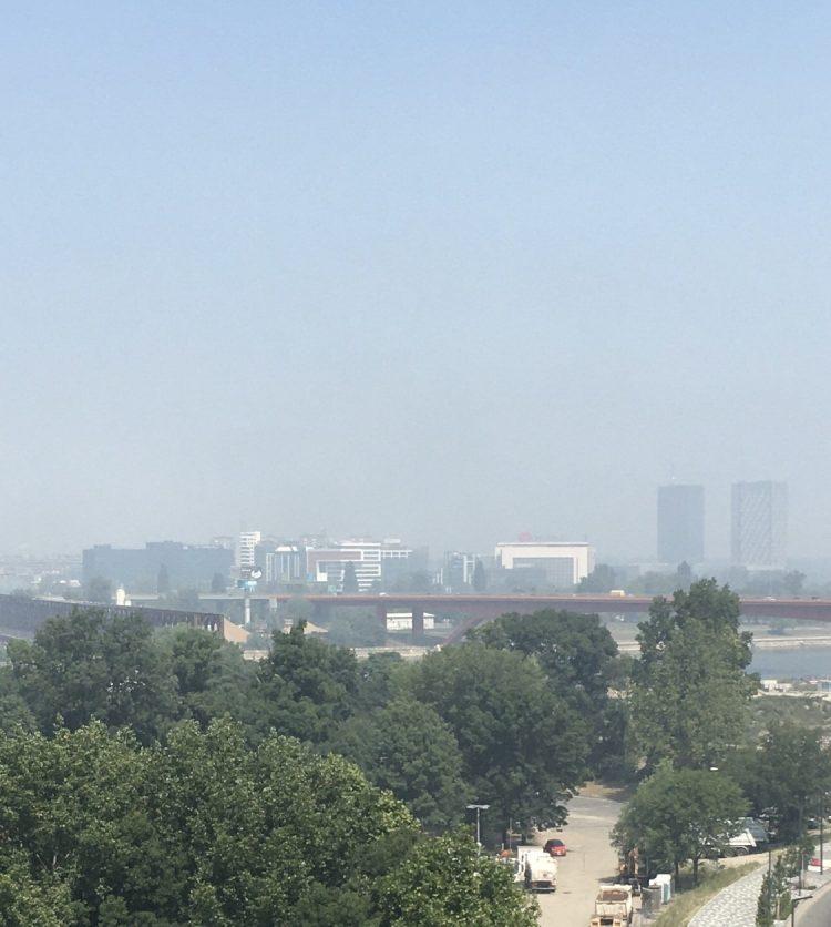 Βελιγράδι – Καπνός σκέπασε την πόλη – Εντολή στους κατοίκους να μείνουν στα σπίτια τους | tovima.gr