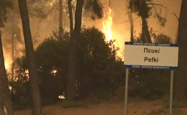 Φωτιά στην Εύβοια – Συνεχίζεται η μάχη με τις φλόγες – Οι κάτοικοι «κράτησαν» το Πευκί – Κάηκαν σπιτια   tovima.gr