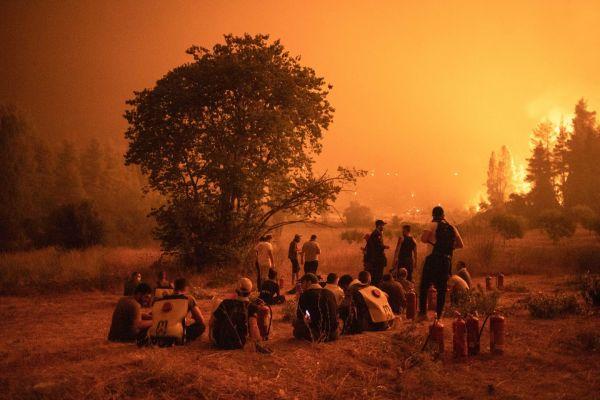 Φωτιά στην Εύβοια – Συνεχείς αναζωπυρώσεις και ανθρώπινη «αλυσίδα» ενάντια στα πύρινα μέτωπα   tovima.gr