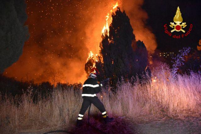 Νότια Ιταλία – Συναγερμός από τις πυρκαγιές – Ένα νεκρός | tovima.gr