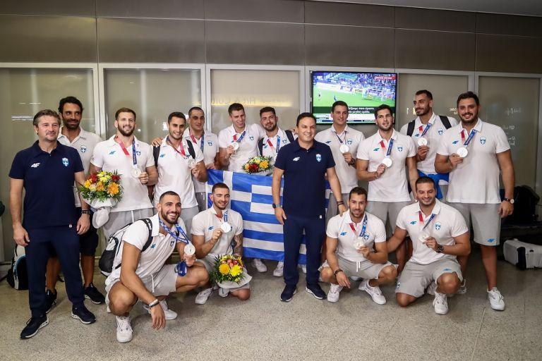 Αποθέωση για την εθνική ομάδα πόλο ανδρών στο «Ελ. Βενιζέλος»   tovima.gr