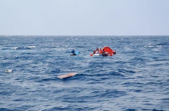 Καρέ-καρέ η επιχείρηση διάσωσης στο ναυάγιο της Μήλου   tovima.gr
