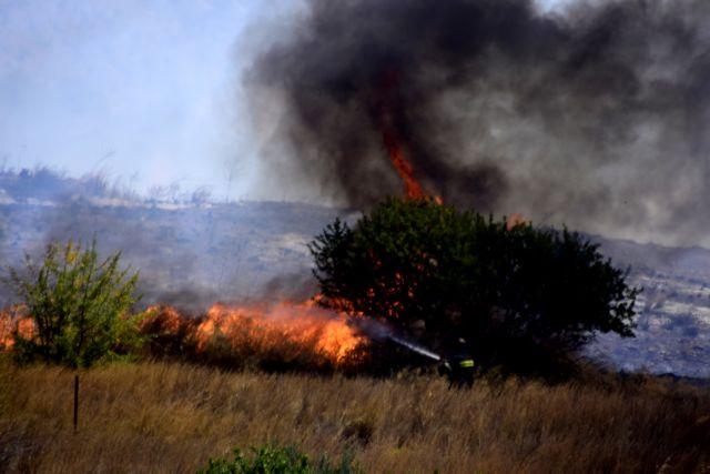 Μεγάλη φωτιά στη Μάνδρα – Επιχειρούν  εναέρια μέσα   tovima.gr