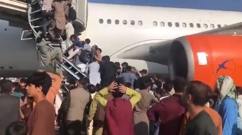 Αφγανιστάν – Σκηνές χάους στην Καμπούλ – Πληροφορίες για τουλάχιστον 5 νεκρούς στο αεροδρόμιο | tovima.gr