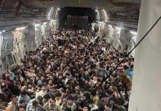 Αφγανιστάν – Συγκλονιστική εικόνα με 600 άνθρωπους στοιβαγμένους σε αεροσκάφος να προσπαθούν να φύγουν | tovima.gr