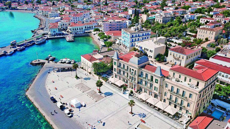 Οι βίλες στο Airbnb, τα κρούσματα, οι θαλαμηγοί | tovima.gr