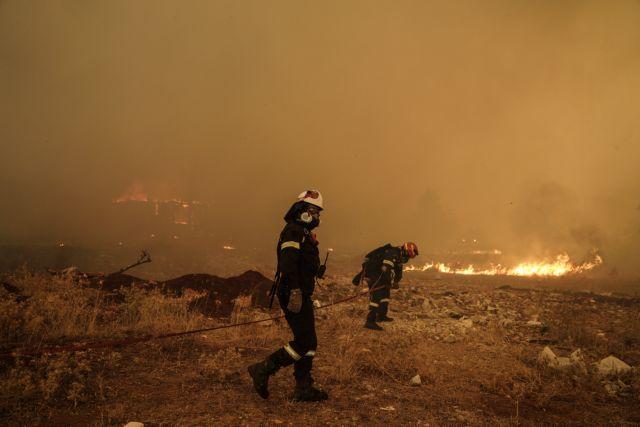 Βίλια – Ωρες αγωνίας – Ξέφυγε η φωτιά – Μάχη να μην καούν σπίτια | tovima.gr