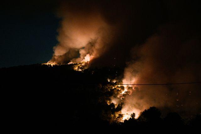 Βίλια  – Πύρινη «κόλαση» 20 χλμ – Μάχη για να σωθούν σπίτια – Ετοιμοι για εκκένωση οι κάτοικοι | tovima.gr